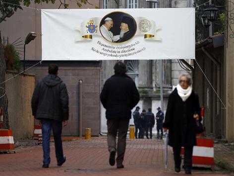 Ein Plakat informiert über den Papstbesuch beim orthodoxen Patriarchen Bartholomaios I.